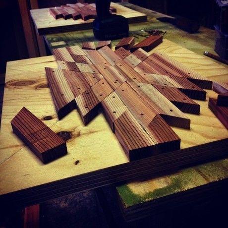 木をはめ込んでいる最中の木工製品