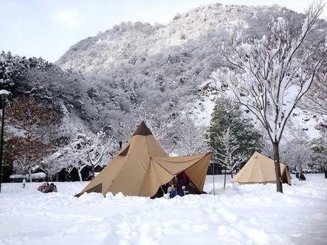 雪山の中のテント