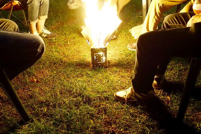 夜に焚火をするグループ
