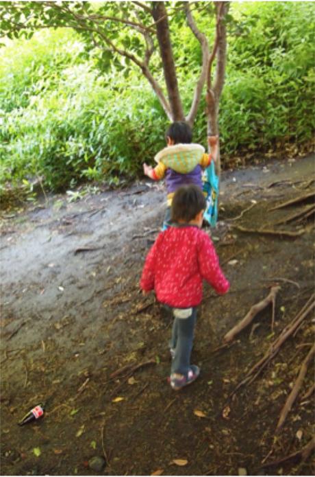 秋の公園を散策する子供たち