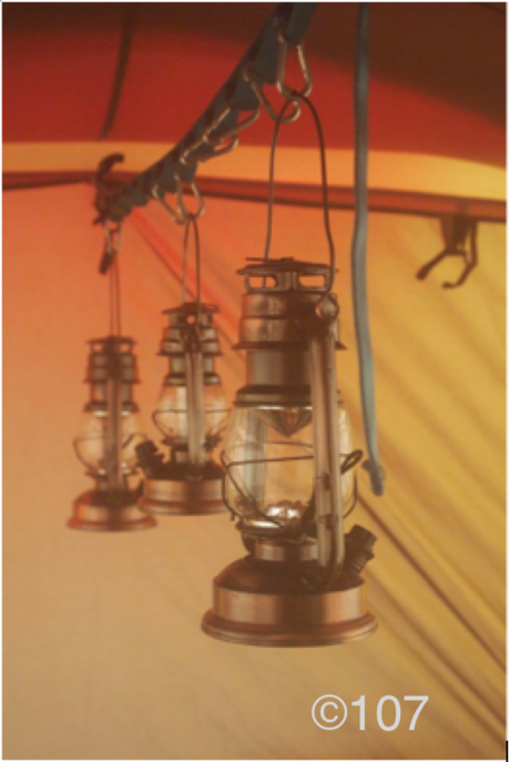 テントに吊るされたランプ
