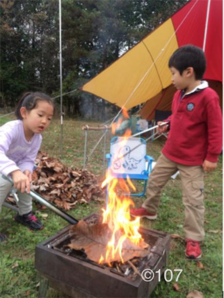 焚き火をする子供達