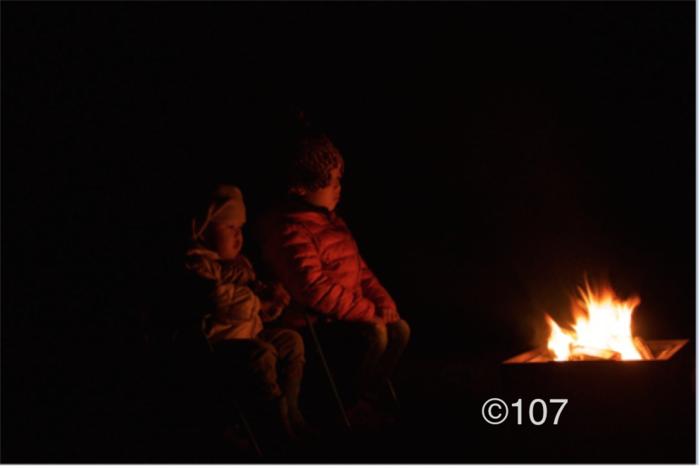 キャンプファイヤーと子供達