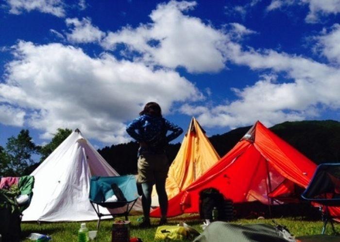 晴天の下でのキャンプ