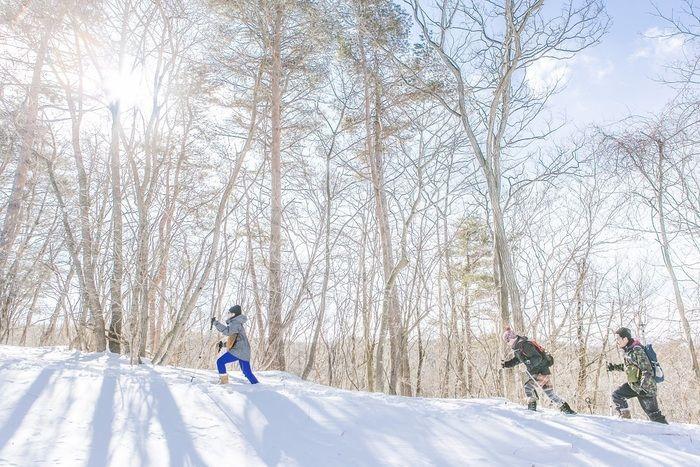 雪山を駆け上がる人々