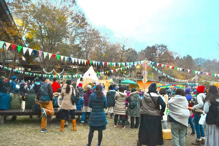 """キャンプイベント""""ペアフェスタ""""のメインステージに集まる参加者"""
