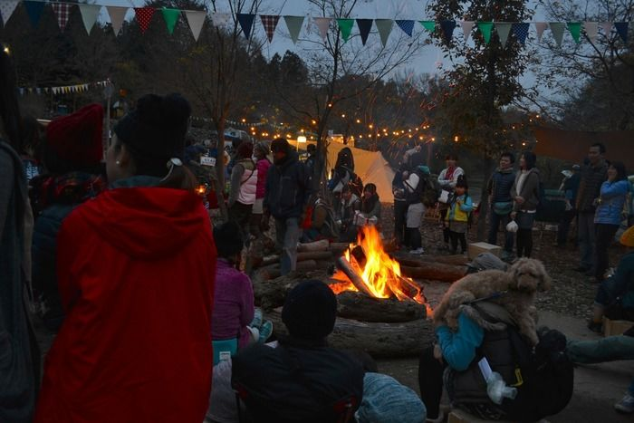巨大なキャンプファイヤーを囲む参加者