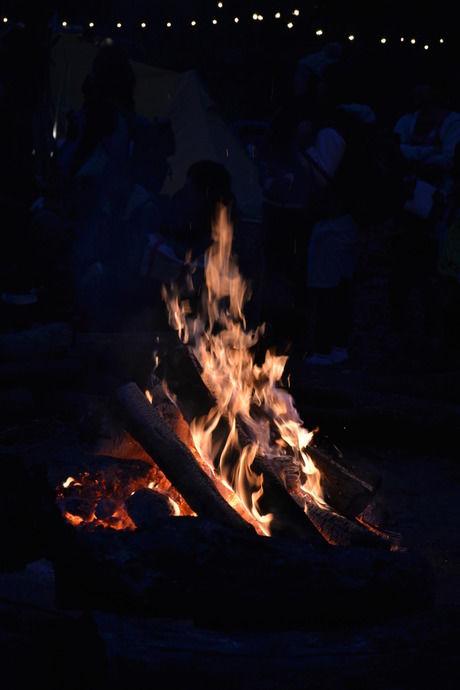 翌朝までずっと燃え続ける巨大なキャンプファイヤー