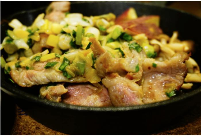 ニトスキに入った豚肉の香味野菜ソテー