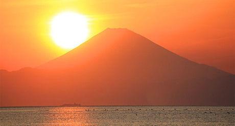 館山湾の先に見える富士山に沈む夕日