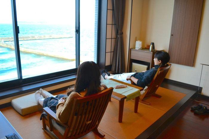リゾートホテル休暇村館山の客室でくつろぐ女性