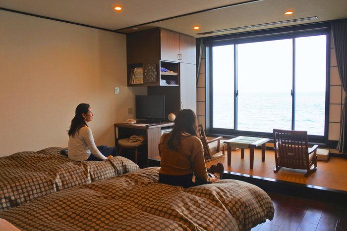 リゾートホテル休暇村館山のベッドに座る女性