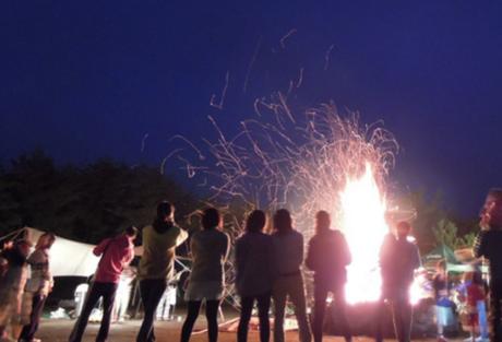 PICA富士西湖で焚き火を囲む人々