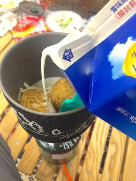 ジェットボイルに牛乳をたす様子