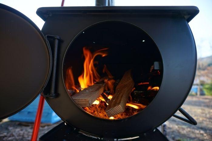 フロンティア薪ストーブの薪が燃える様子