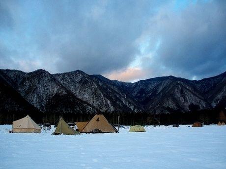 雪山でのキャンプの風景