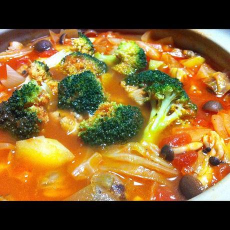 たくさんの野菜やきのこが入ったトマト鍋