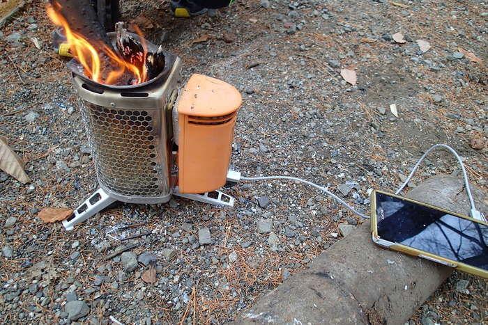 スマホの充電をしているバイオライトのキャンプストーブ