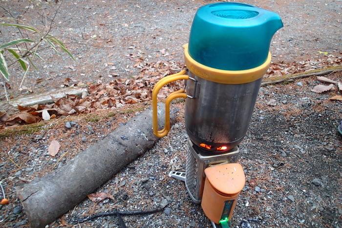 ケトルポットを使ってお湯を沸かしているキャンプストーブ