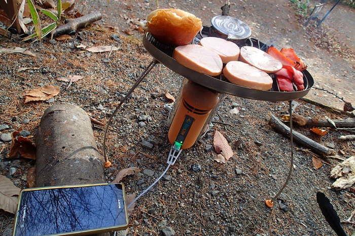スマホの充電とバーベキューを同時に行うバイオライトキャンプストーブ