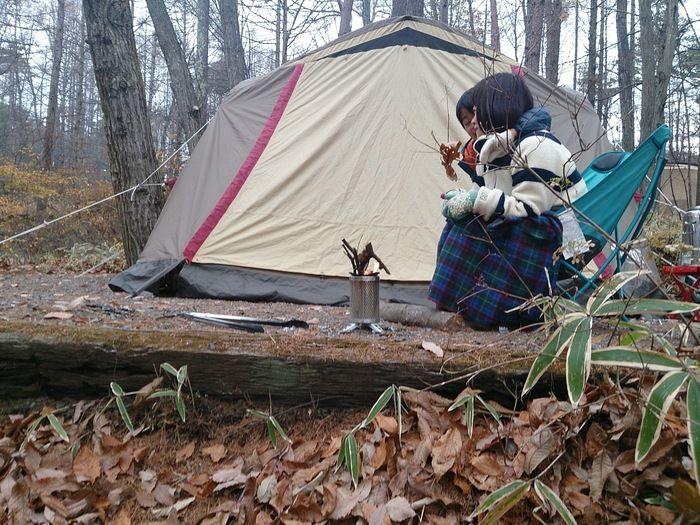 バイオライトでキャンプを楽しむ人々