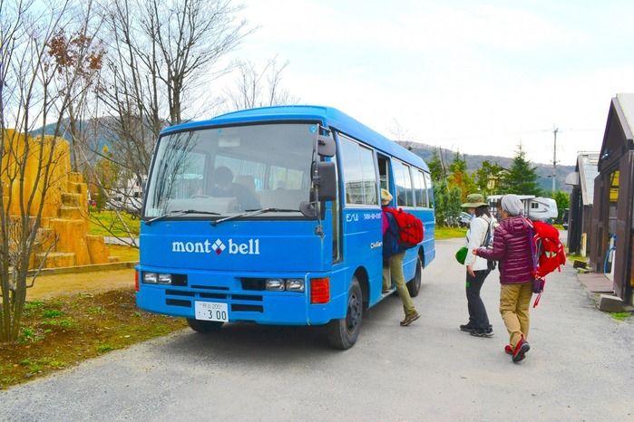 バスに乗り込むモンベルイベントの参加者
