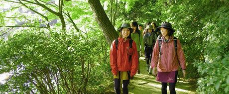 「モンベル」の山歩きイベントに参加する人々