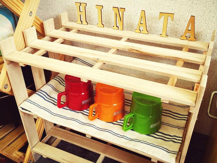収納棚の上にHINATAの文字でデコレーションし、完成した収納棚