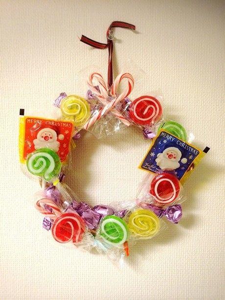 お菓子をつなぎ合わせたクリスマスリース