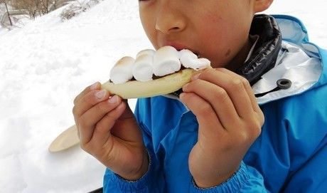 雪の中で食べるマシュマロピザ