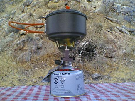 シングルバーナーでお湯を沸かす様子