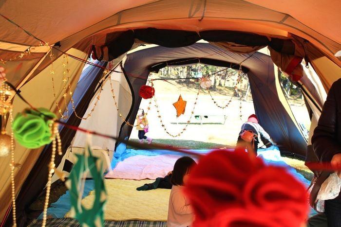 クリスマスの飾り付けをされたテントの内観