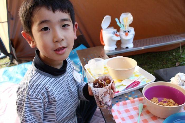「キャンパーズX'mas☆」の食事を楽しむ子供