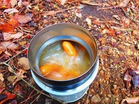 お弁当の中のソーセージ入りスープ