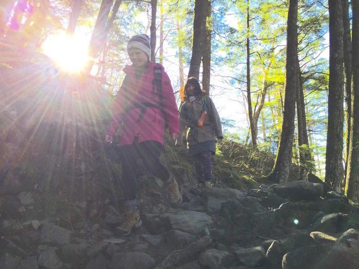 登山中の女性