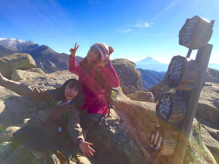山頂で撮影する女性2人