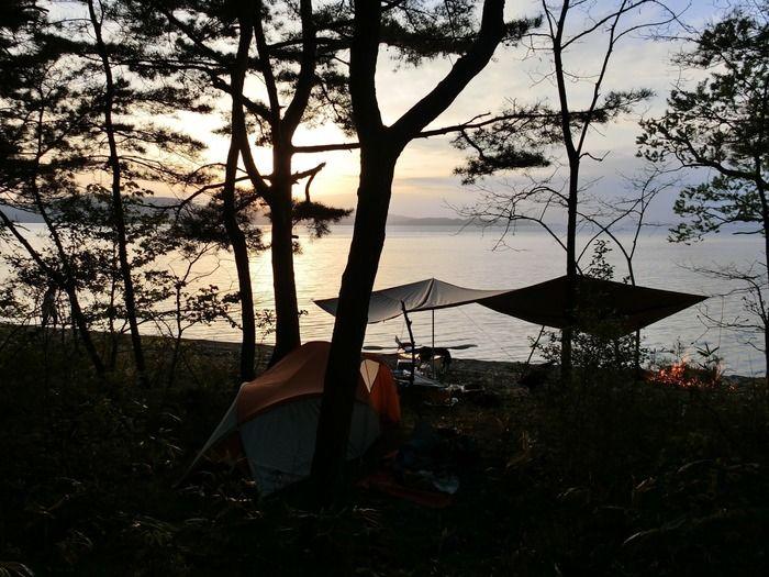 湖のそばでのキャンプ