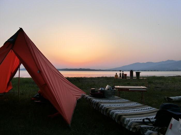 夕暮れ時のキャンプの様子