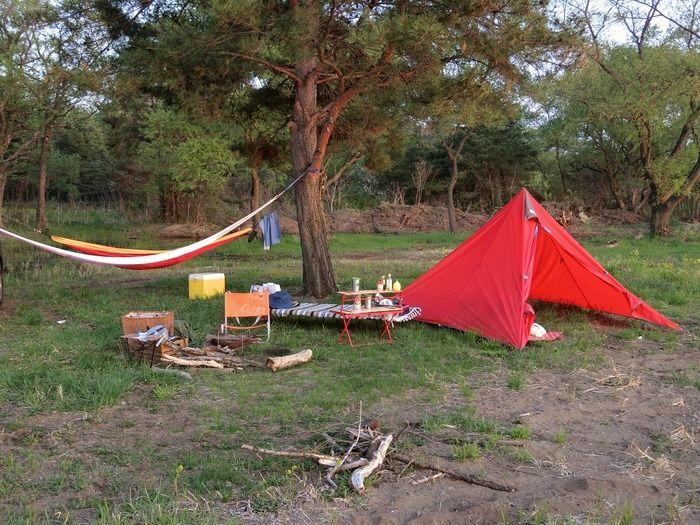 赤いテントとハンモックのあるキャンプサイト