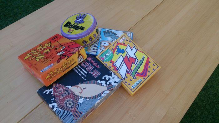 テーブルの上に置かれた様々なカードゲーム