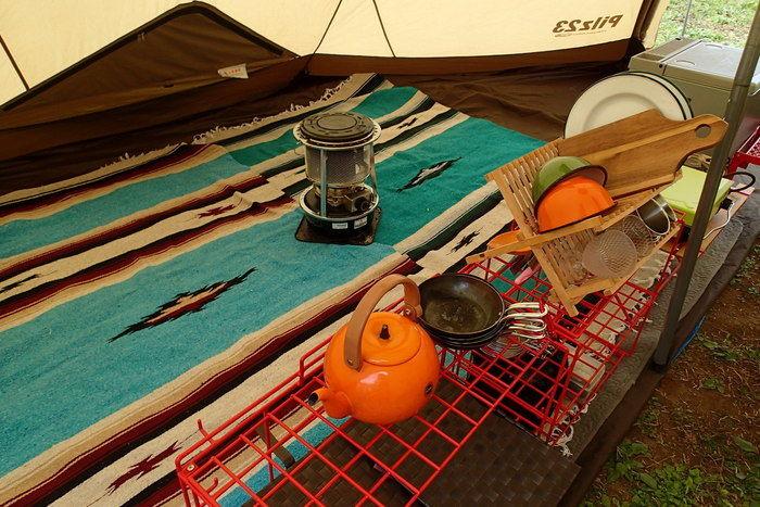 テントの中にラグを敷いた様子