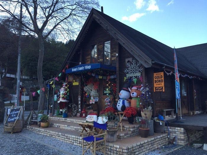 クリスマス飾りがされたケニーズファミリービレッジの管理棟