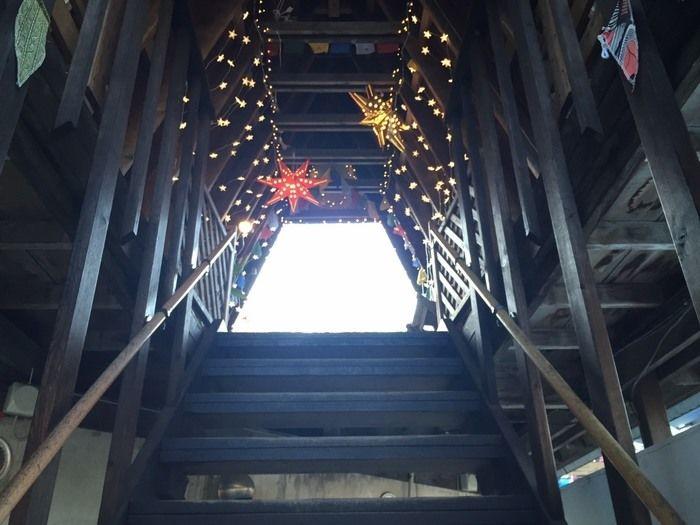 ケニーズファミリービレッジの管理棟内のライトアップされた階段