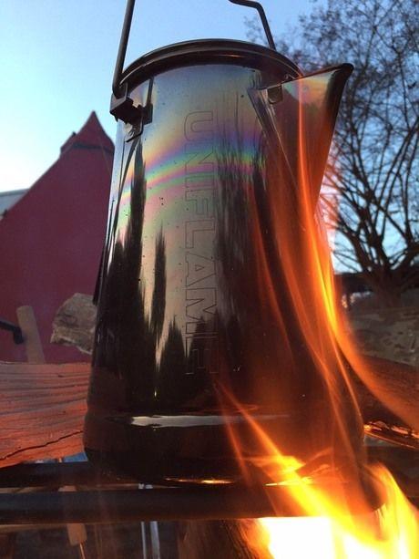 焚き火の火にかけたケトルのアップ