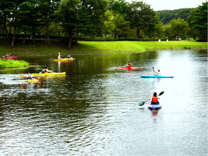 鳥野目河川公園オートキャンプ場でカヌーをする人