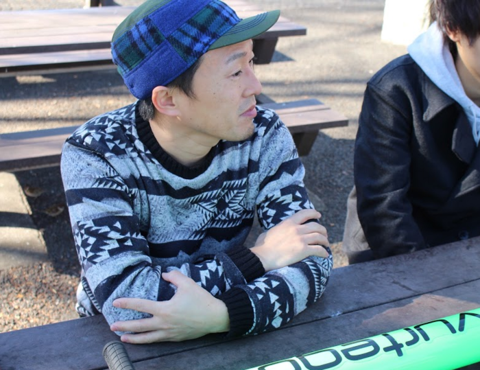 インタビューを受ける矢田さん