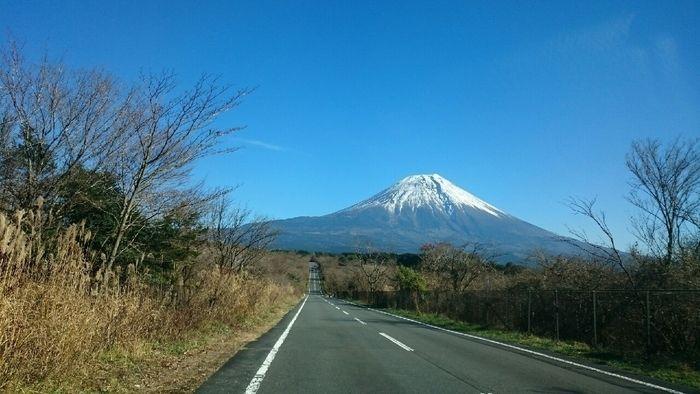 富士山と富士山に続く道路