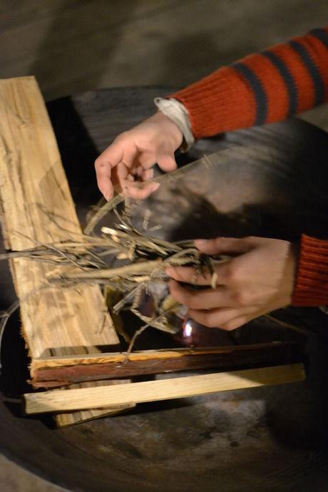 薪と小枝を並べる様子