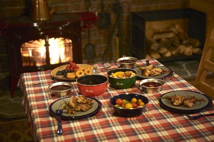 たくさんの料理が並んだテーブル