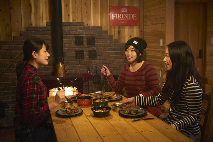 北軽井沢スウィートグラスのコテージで食事をする様子